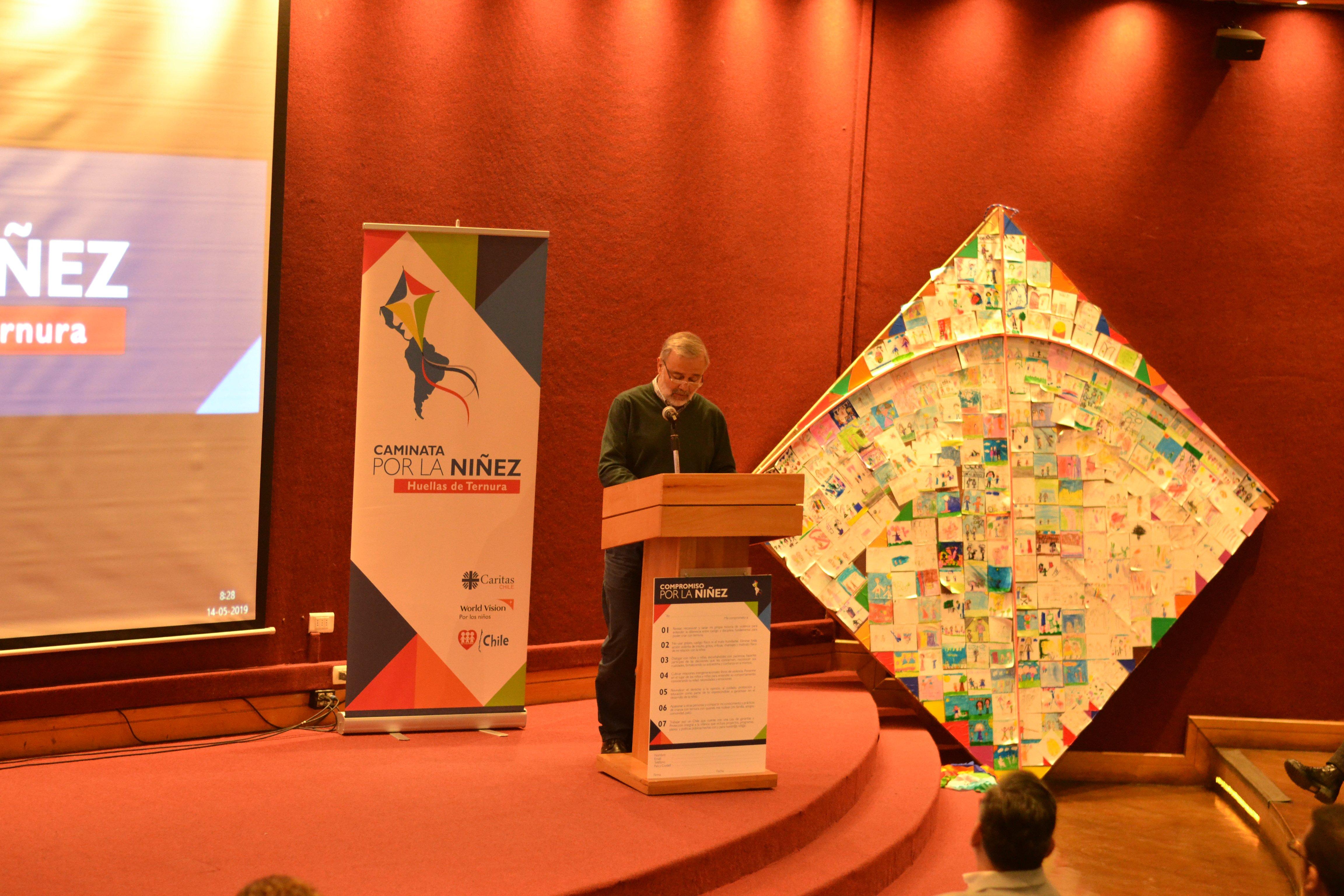 """Benito Baranda frente al público, en el seminario """"Violencia contra la niñez y modelos de crianza"""""""
