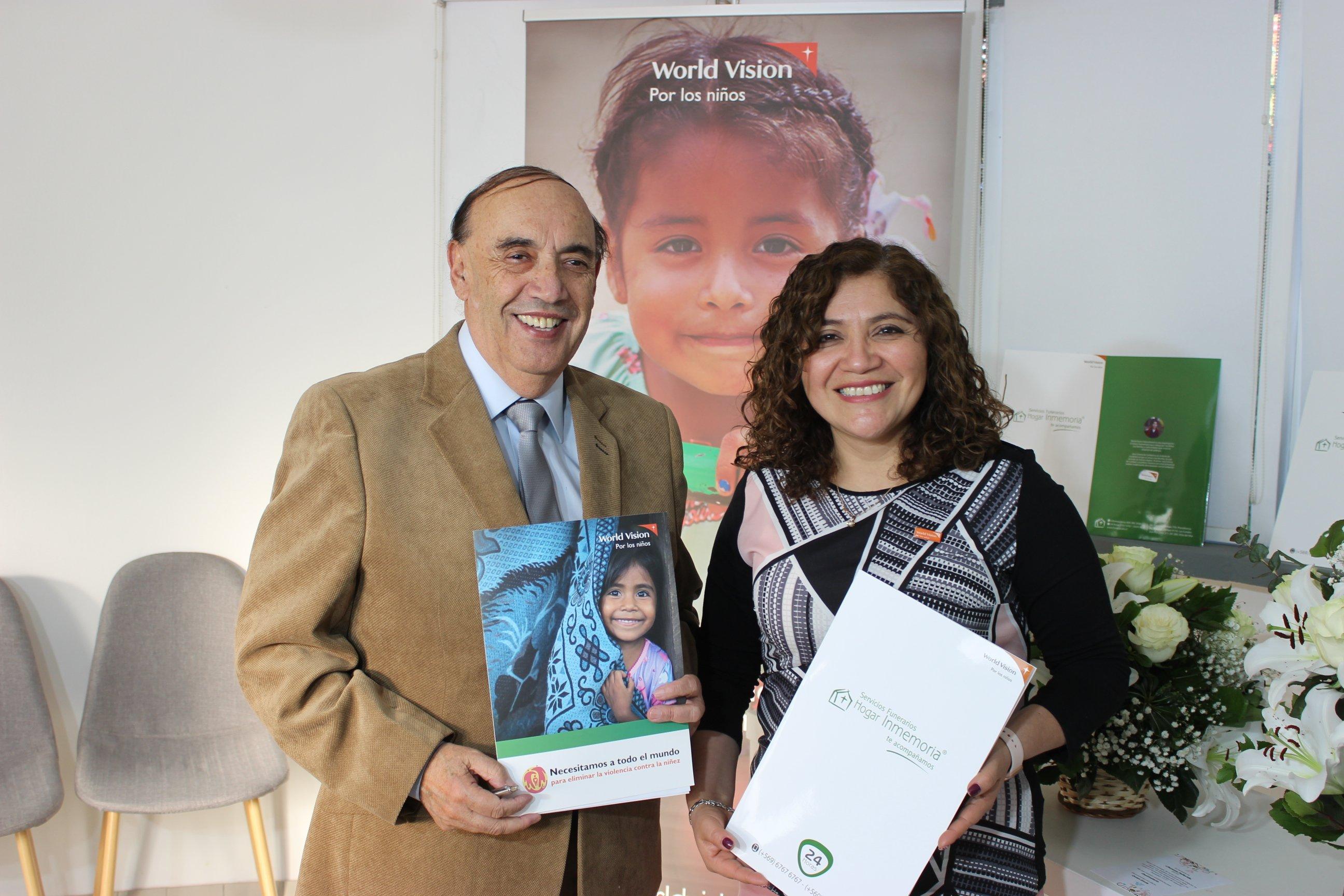 Sandra Contreras, Directora ejecutiva de World Vision, sosteniendo el documento que concreta la alianza con la funeraria Hogar Inmemoria
